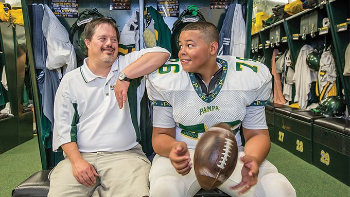 Pampa-Trent-Loter-chats-with-TK-football-player-in-the-locker-room.-Credit--Wyatt-McSpadden_680
